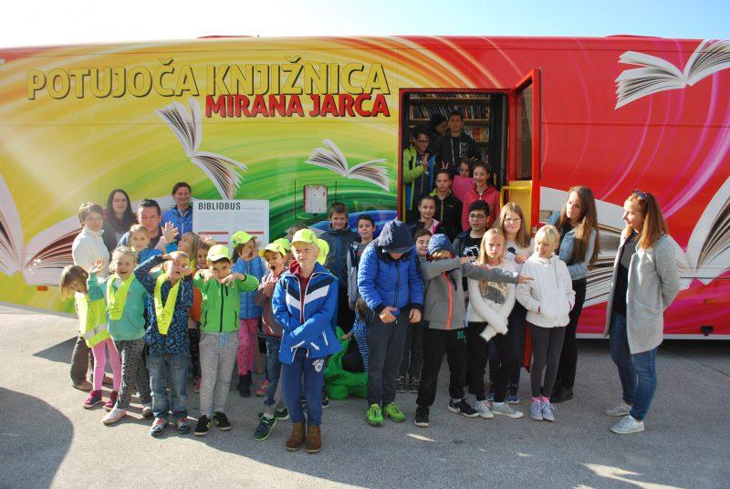 Potujoča knjižnica Mirana Jarca Novo mesto prvič v Starem trgu ob Kolpi