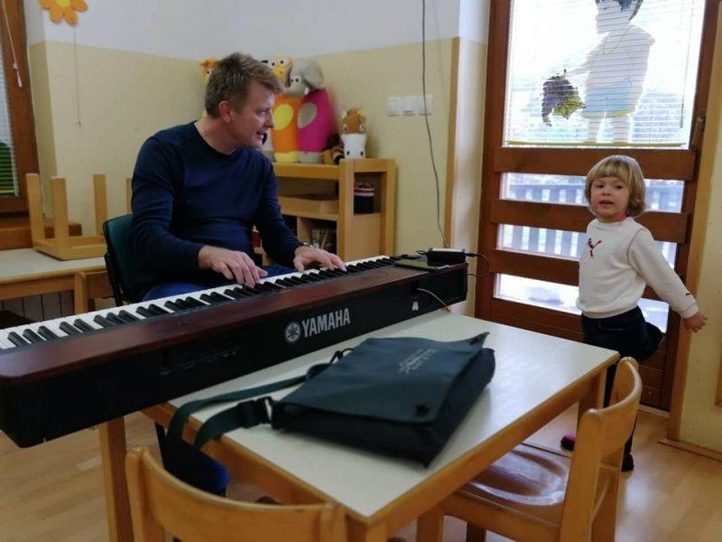 Ura glasbe s profesorjem glasbene vzgoje
